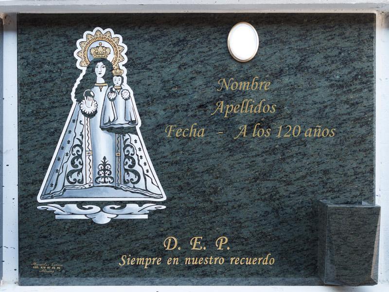 Lápida con Virgen de Pueyos grabada
