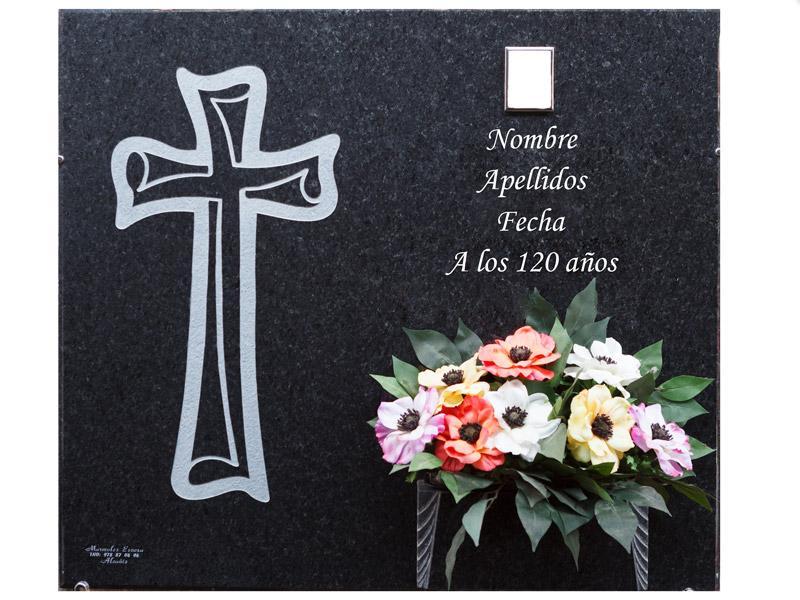 Lápida con cruz pergamino grabada