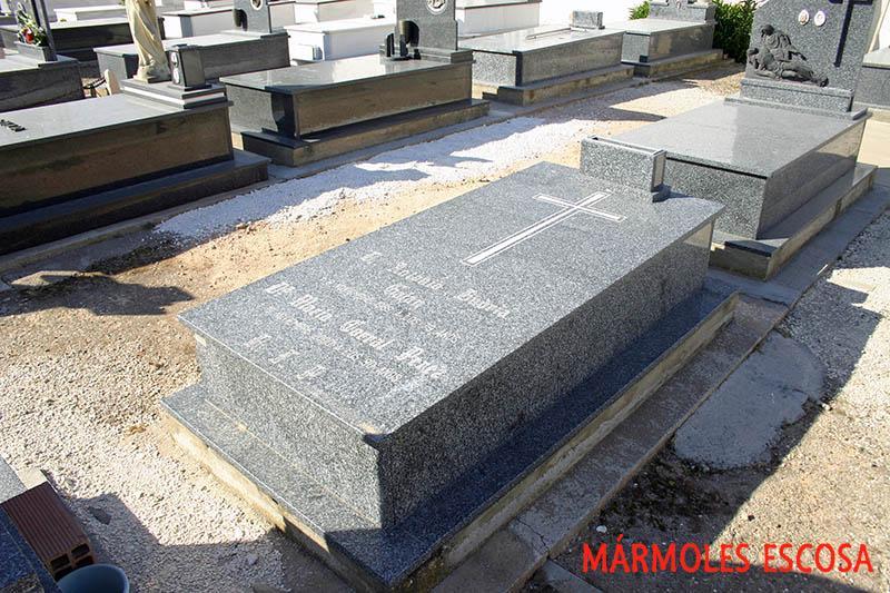 Tumba de granito Tezal con cruz arenada